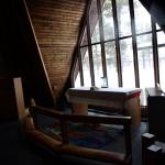 Bakom altaret är det en glasförsedd vägg som vätter ur mot naturen.