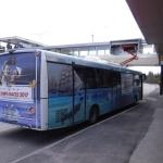 En buss som får el av en strömavtagare då den stannat vid flygplatsen i Åbo.