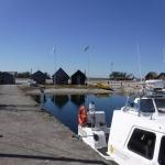 I hamnen fanns ett par båtar och ett antal byggnader.