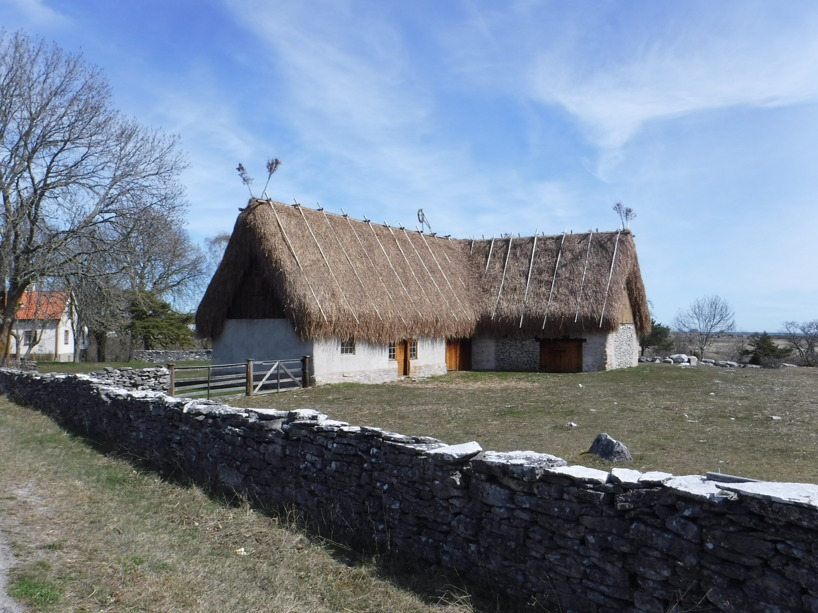 En av flera gårdar med vackert tak på Fårö.