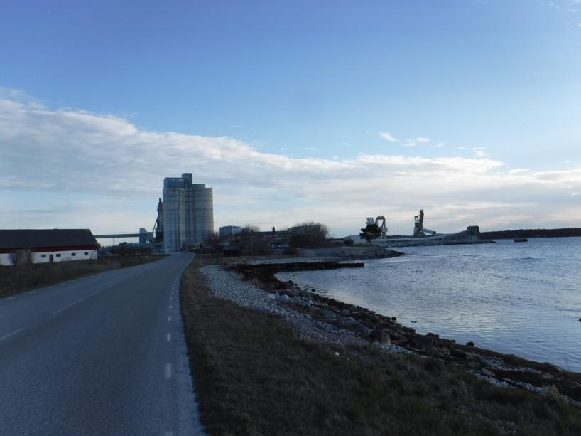 Kalkindustrin är stor på Gotland, som här där lanadsvägen genomkorsar industriområdet.