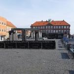 Ett torg i Rønne. På Bornholm som hör till Danmark upplevdes kulturen vara lite mer sydeuropeisk och man kunde se flera som tog sig en morgonöl redan under tidiga förmiddagen.