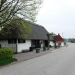 Bakom butiksbyggnaden ligger en servering, där även Vens skolbarn äter sin skollunch.