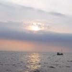 En båt på havet.