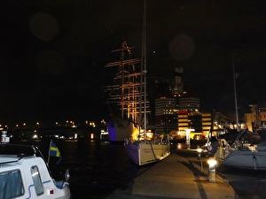 Natt i hamnen.