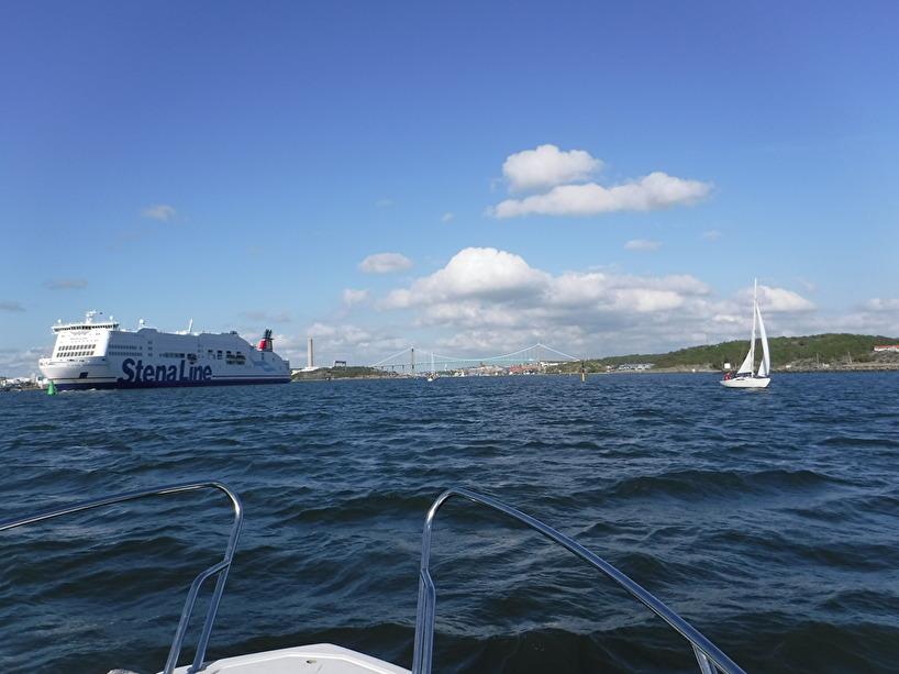 Många båtar vid infarten till Göteborg.