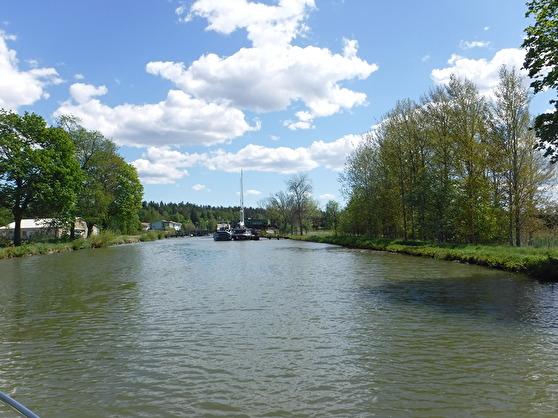Vi får vänta medan Green Cargo på Kinnekullebanan korsar Göta Kanal.