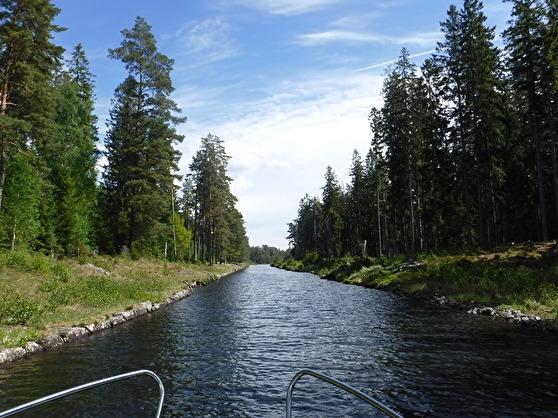 Färden fortsätter genom Göta kanal.