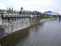 Floden Vltava rinner genom Prag...