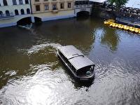 En båt i det grumliga vattnet.