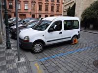 Ännu en bil med fastlåst hjul.