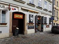 Vi åt på John Lennon Pub i Prag.