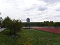BMW:s huvudkontor sticker upp mot skyn, där det befinner sig i närheten av Olympiaparken i München.