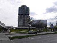 BMW:s huvudkontor är den höga byggnaden och den lägre byggnaden i den speciella formen är BMW-muséet.