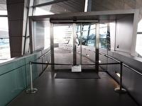 Från BMW Welt leder en gångbro över en väg som finns mellan BMW-muséet och BMW Welt, men av någon anledning så var gångbron avstängd.