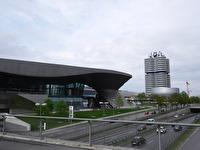 Till vänster syns BMW Welt, den höga byggnaden är BMW:s huvudkontor och den lägre byggnaden framför huvdkontoret är BMW-muséet.