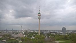 Olympiatonet i München sticker upp ovanför den andra bebyggelsen.
