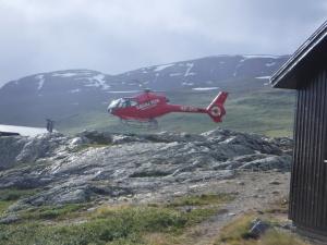 En helikopter vid Alesjaure stugplats.