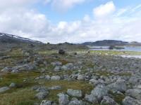 Hukejaurestugan bland stenarna.