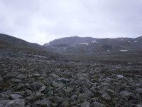 På vä genom stenskravlet mot Cáihnavággihytta.