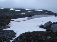Snö bland stenarna.