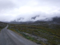 Vägen slingrar sig fram längs kullarna.