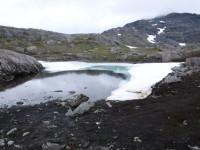 En del is finns kvar i detta vatten.