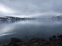 Isflak i Båvrojávrre och snö i omgivningen.