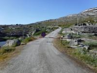 Vägen som bland annat leder fram mot Sitashytta har en bom vid en parkering vid ett vägskäl vid sjön Tjårdavatnet.
