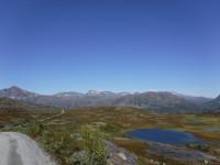 Blåa sjöar och några vita fjälltoppar.