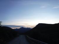 Vägen slingrar sig långsamt uppåt längs dalgången.