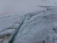Framme vid glaciären kan man se denna ränna i glaciären.
