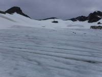 Glaciären skiftar i olika färger.