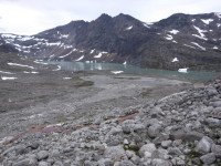Vatten bland bergen.