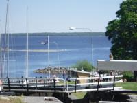 Nedanför slussarna ligger sjön Roxen.