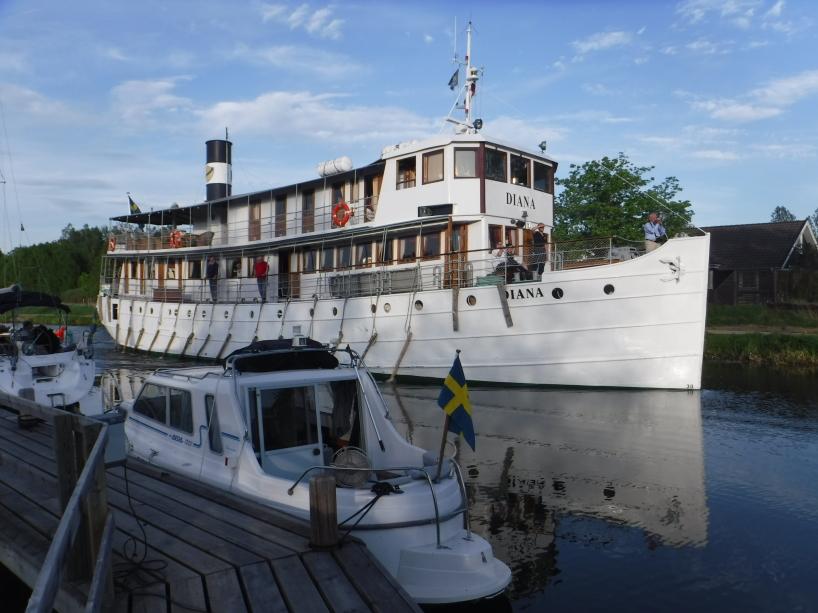 En av kanalbåtarna som trafikerar Göta kanal, nämligen båten M/S Diana, körde förbi oss då vi låg förtöjda vid bryggan i Norsholm.