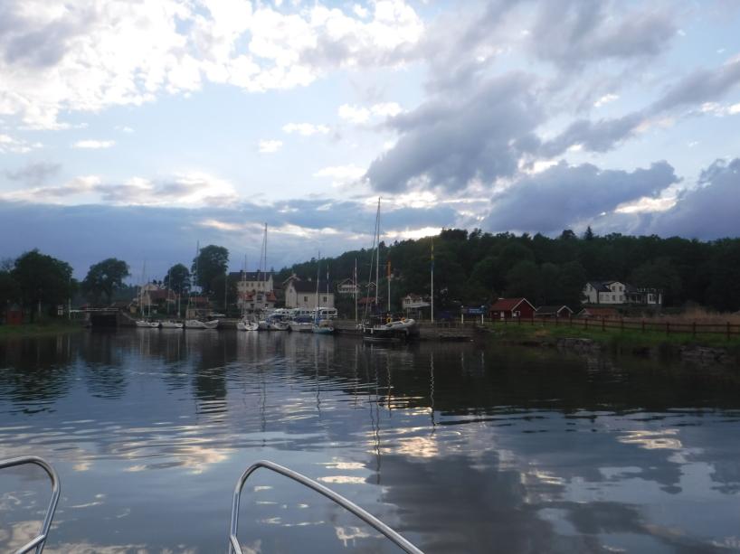 Jag tar en sista titt mot Göta kanal i Mem, innan jag ger mig av i min ensamhet, ut på det stora havet.