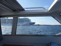 Nog för att finlandsförjorna är stora, men inte i jämförelse med kryssningsfartyget Regal Princess med hemmahamn i Hamilton på Bermudaöarna, som här har lagt sig på omköring förbi mig.