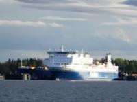 En av Finnlines båtar ligger i hamn.