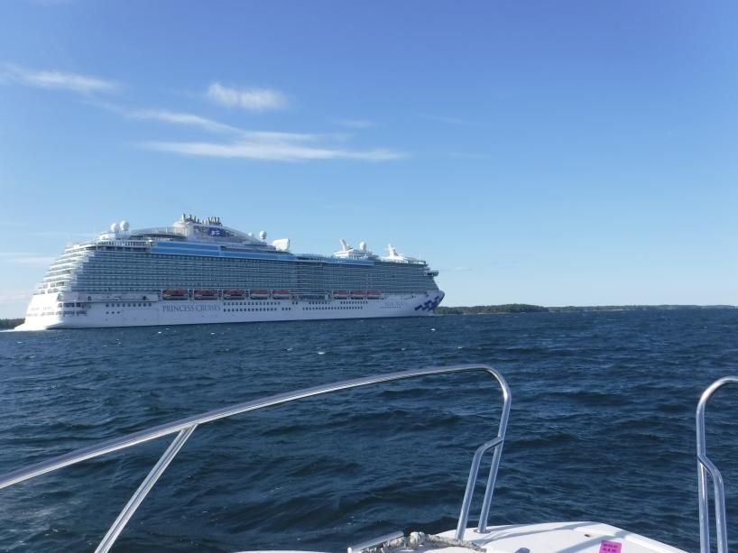 På väg ut från Stockholmstrakten så blir jag omkörd av det stora kryssningsfartyget Regal Princess.