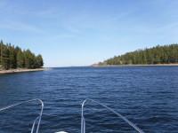 På väg ut mot öster, mellan Norra Ulvön och Södra Ulvön.
