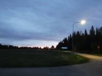 Ett par gatlampor lyser upp i den ljusa sommarnatten på Holmön.