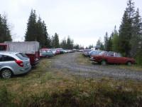 På parkeringen i närheten av färjeläget i Byviken på Holmön är det inte så nya bilar som man träffar på. Här tycks det vara vanligare med Volvo 240 än med Volvo V70.