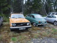 En gammal Volvo och en gammal Saab.
