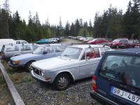 Det är många bilar av äldre modeller här, men desto färre bilar av nyare sort.