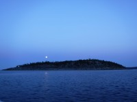 Månen lyser upp i den fina sommarnatten.