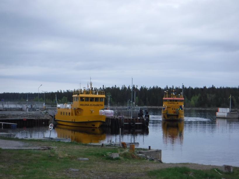 De båda bilfärjorna Helena Elisabeth och Capella vid hamnen i Byviken på Holmön.