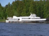 Vid land ligger en båt som skulle behöva lite ny färg.