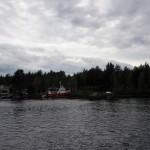 En båt ligger förtöjd invid land.