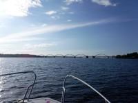 På väg in under den 896,5 meter långa Bergnäsbron, som korsar Luleälven och som när den stod klar 1954 var Sveriges längsta bro, även om det numera finns ett flertal längre broar runt om i Sverige.